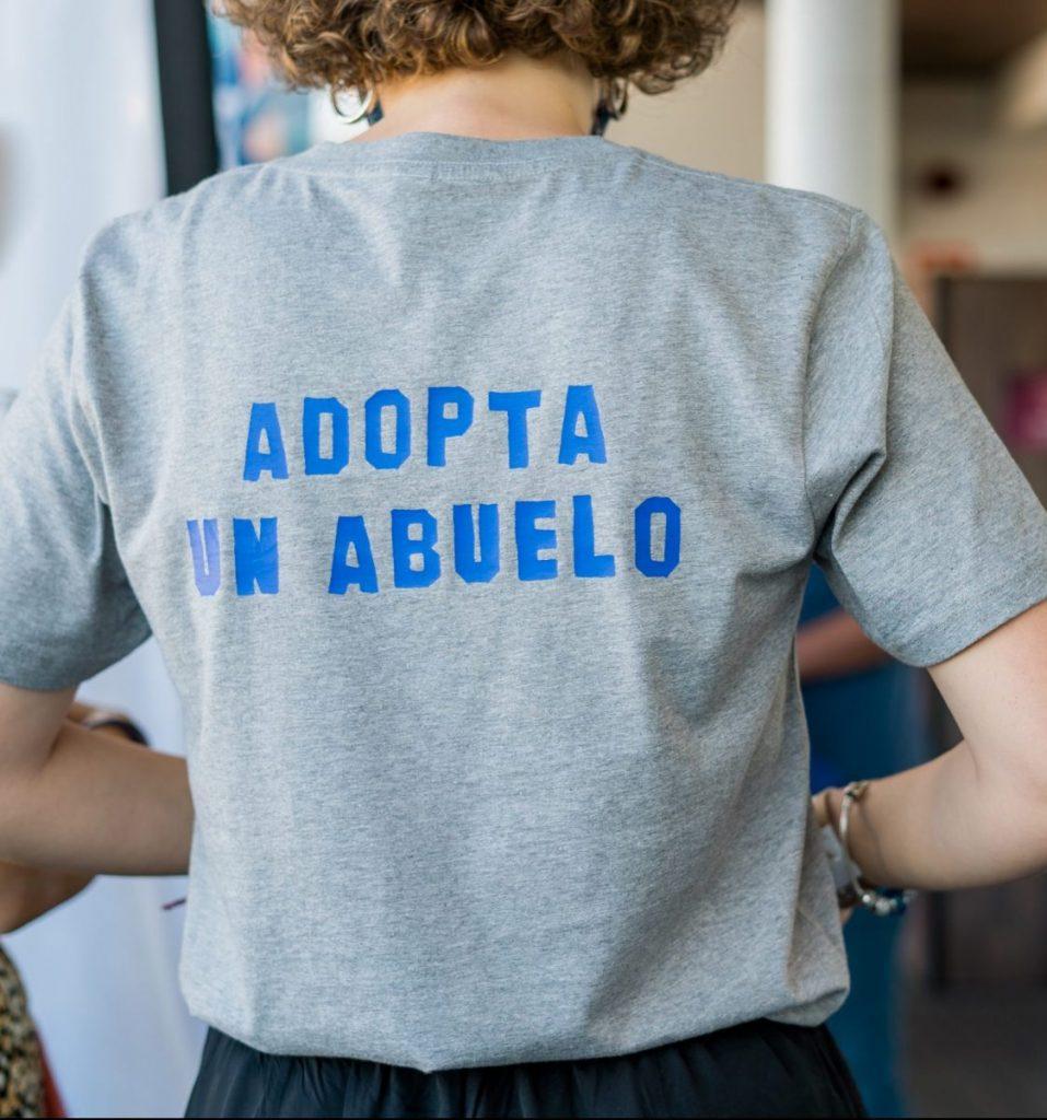 voluntaria adopta un abuelo